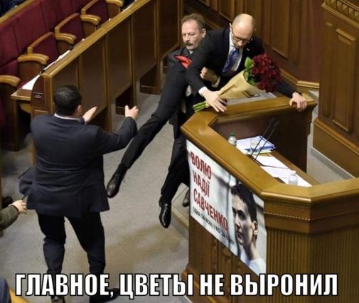 Внимательные интернет-юзеры заметили, что премьер крепко держит цветы в руках
