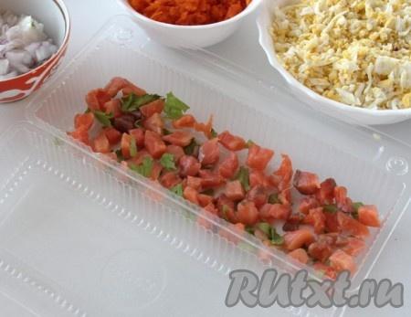 В любую форму, у меня разовая форма из-под печенья, выложить слой красной рыбы, присыпать зеленью и щедро смазать смесью из сметаны, желатина и майонеза, затем выложить слой лука + смесь, морковь + смесь, яйцо + смесь, сельдь + смесь, свёкла + смесь. Слои можно выкладывать по своему предпочтению.