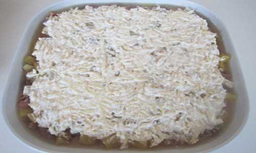 Сверху ложем сыр с майонезом