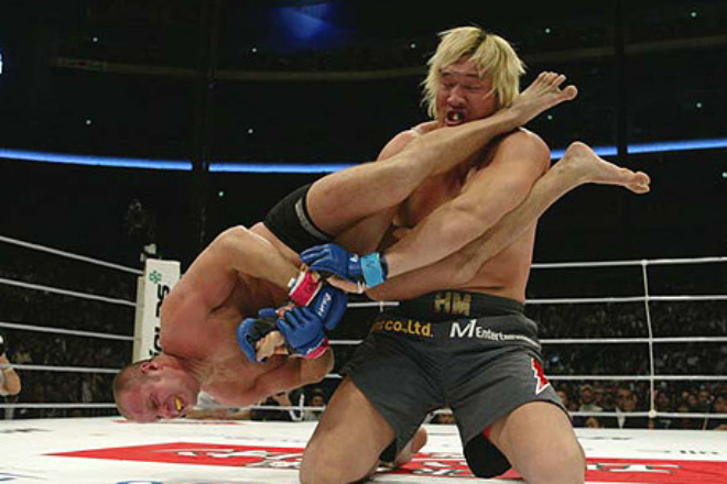Чудовище на ринге: огромный ММА боец крушит соперников