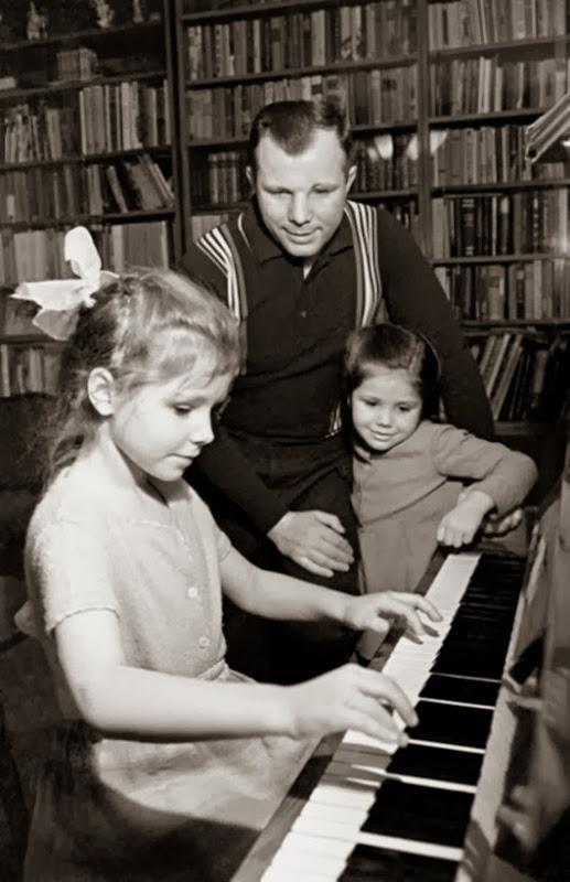 Юрий Гагарин вместе с дочерьми Галей и Леной.