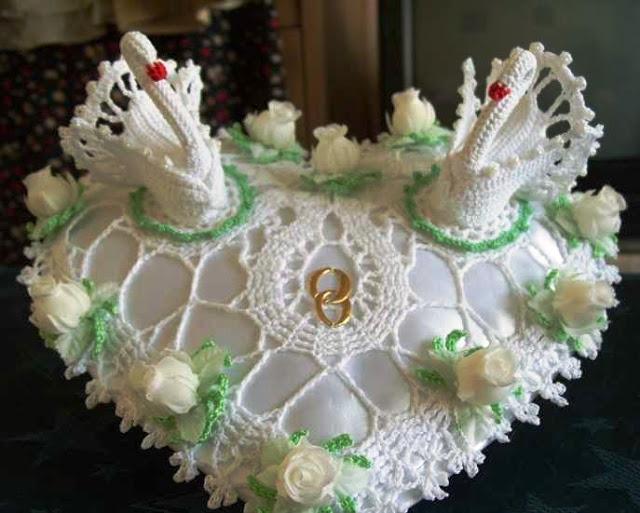 Лебеди на свадебной подушечке крючком