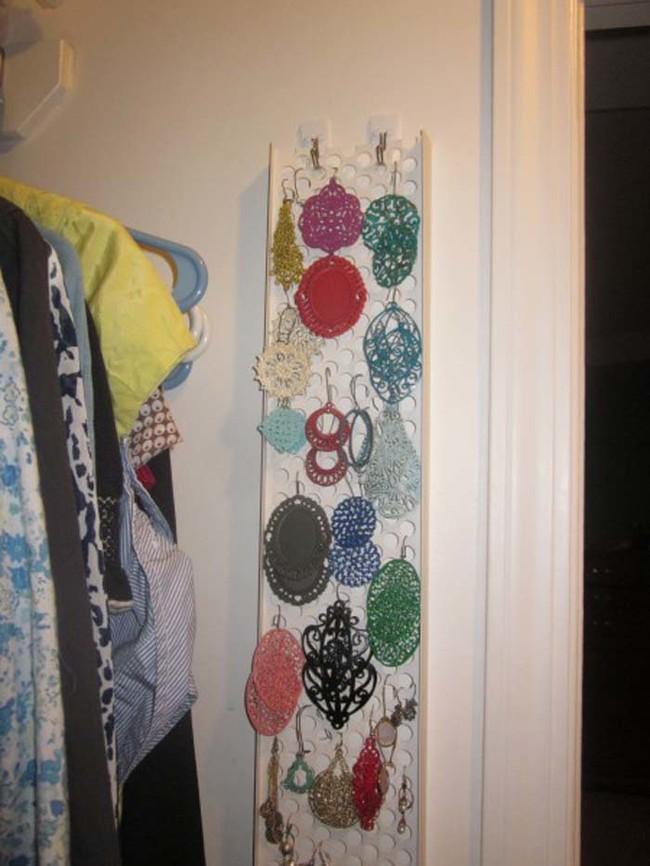 13. Такая пластиковая панель отлично подойдет для хранения сережек вещь, дом, хранение