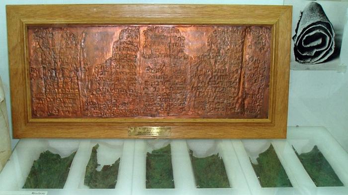 Медный свиток на выставке в музее. Амман, Иордания.
