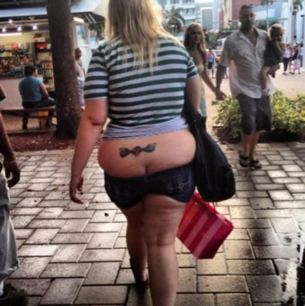 Они постарались и таки смогли впихнуть невпихуемое fat ass, Впихнуть невпихуемое, бедная одежда, джинсы трещат по швам, толстая попа, толстые