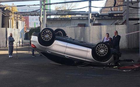 В Москве со второго этажа парковки на «Горбушке» выпал автомобиль