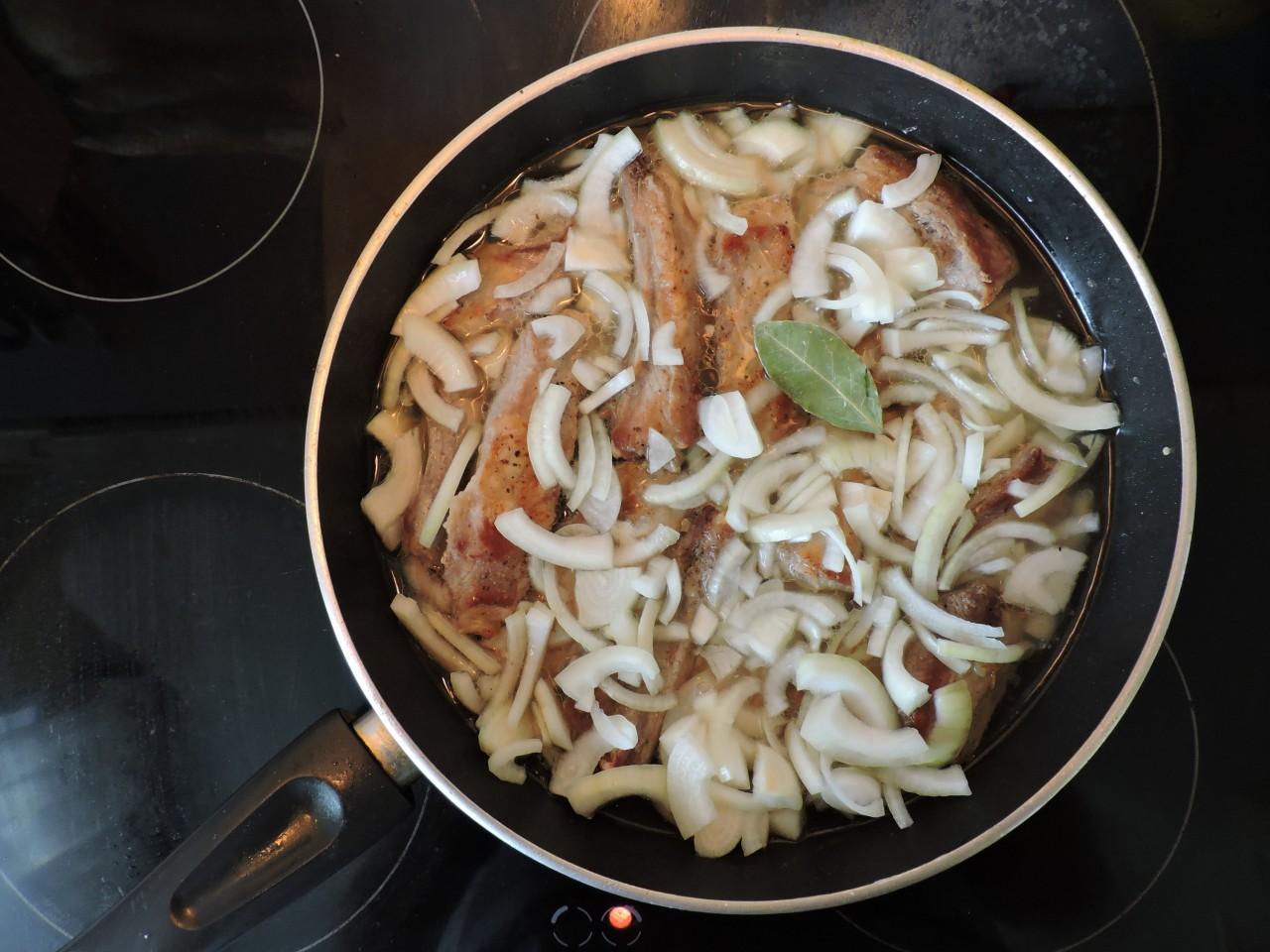 Затем к рёбрышкам добавить воду( куриный бульон) и лук. еда, рёбрышки. вкусно. мясо. к пиву, своими руками, сделай сам