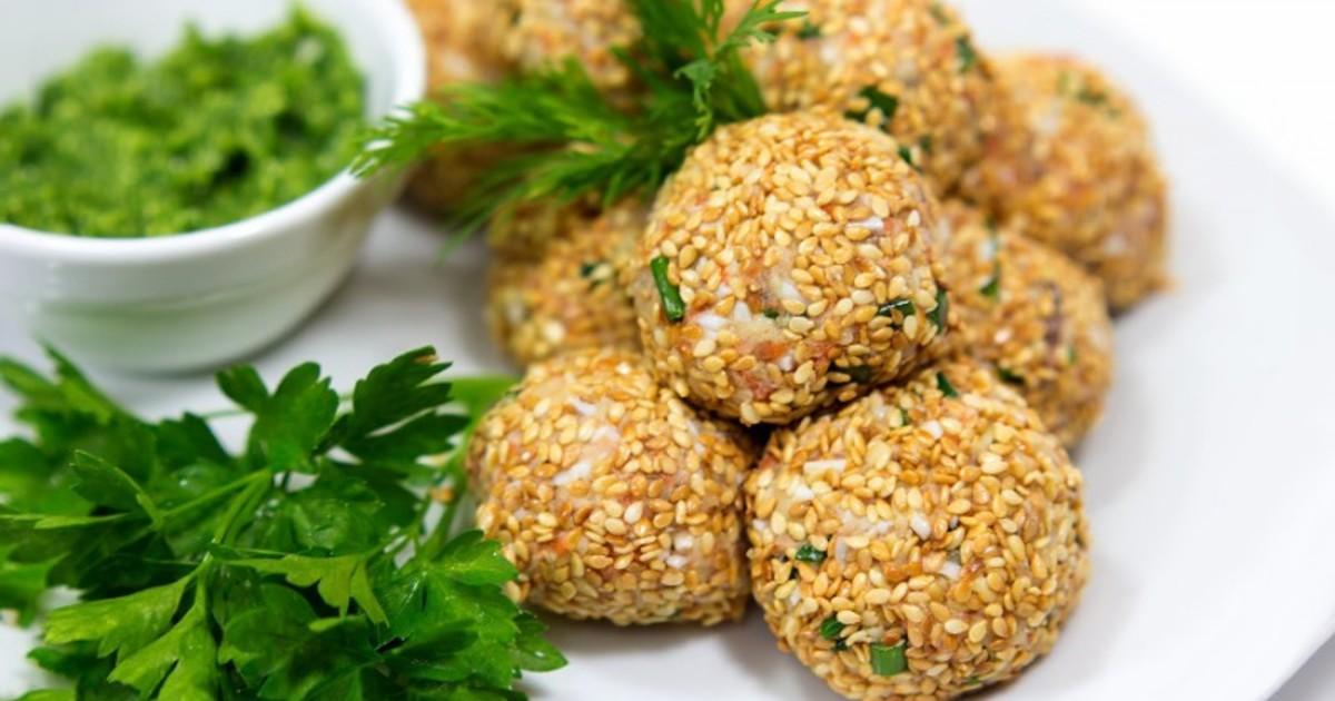 Закусочные шарики с печенью трески в кунжуте