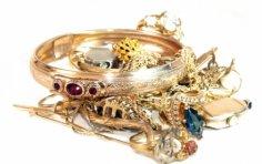 Как правильно чистить золотые украшения?