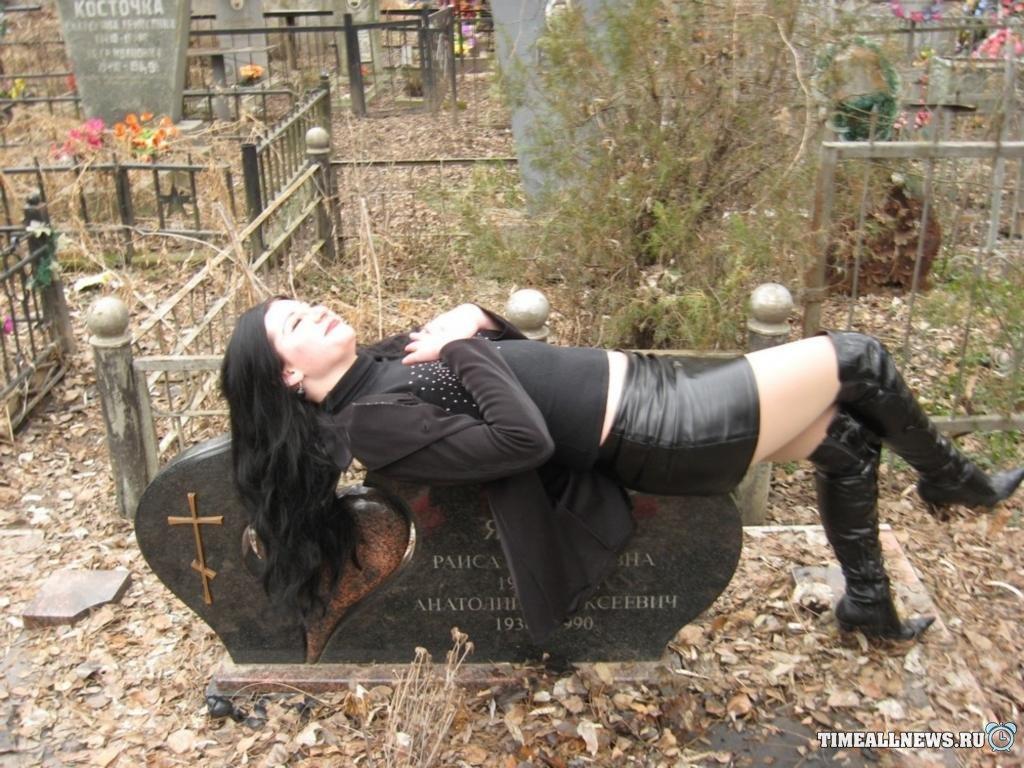 Фотосессия русской девушки с мочеиспусканием на могиле фото 470-556