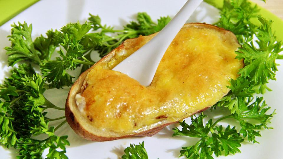 Жюльен с курицей и грибами, приготовленный в свежем картофеле