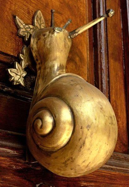 необычные дверные ручки в виде улитки