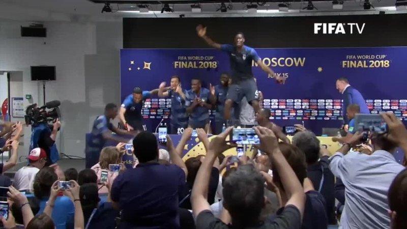 Французы устроили танцы на столе во время пресс-конференции Дешама