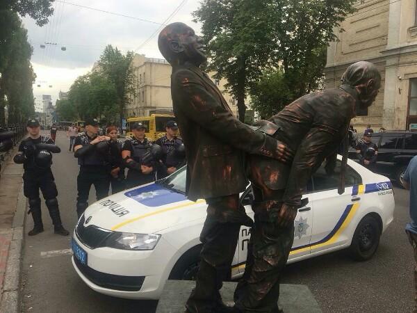 Такие памятники теперь на Украине вместо Ленина