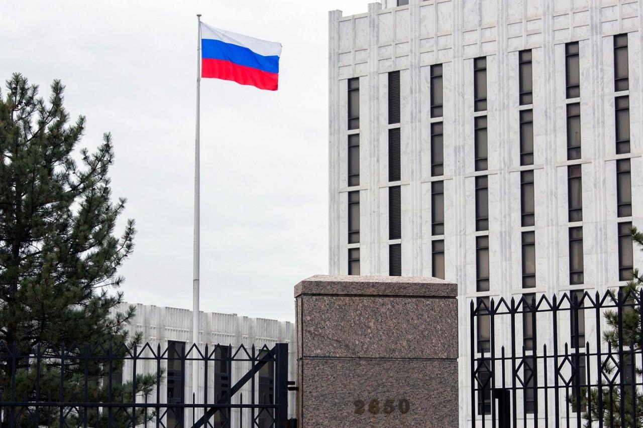 «Летающая тарелка?» В посольстве РФ в США заметили вертолет и над зданием