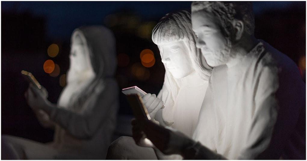 Чтобы подчеркнуть нашу одержимость телефонами, британская художница создала реальную скульптуру