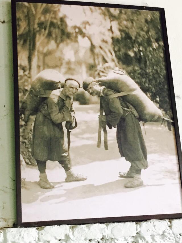 На фото два старика несут бурдюк Киндзмараули, вино, грузия, факты