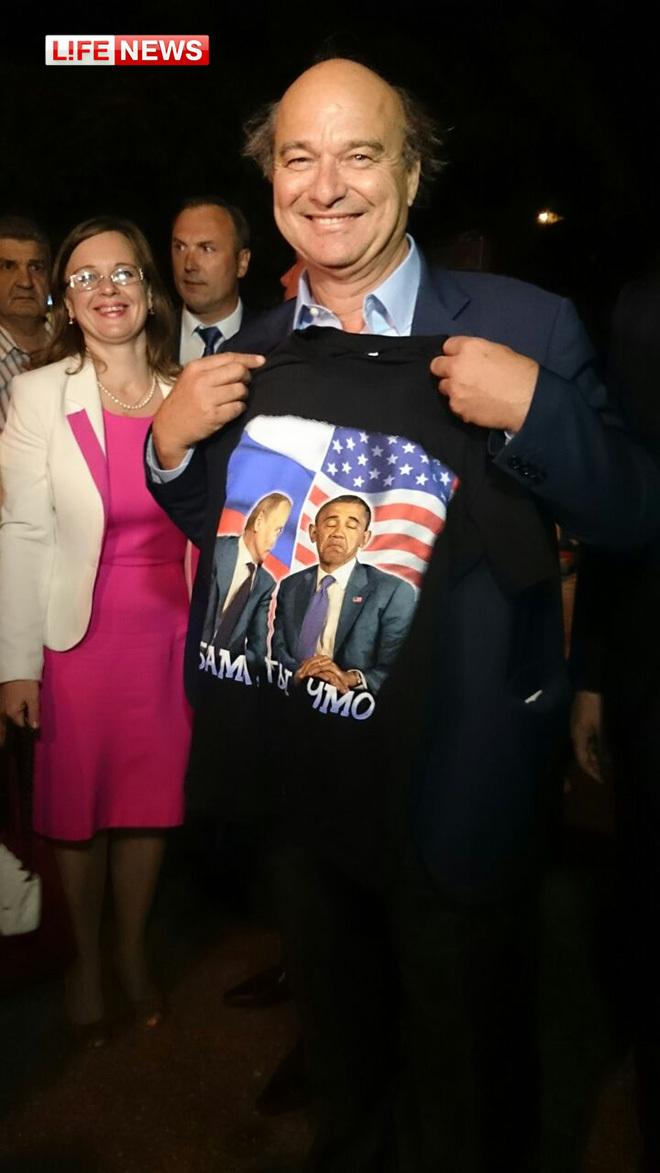 Французский сенатор купил в Крыму футболку с надписью «Обама, ты чмо»