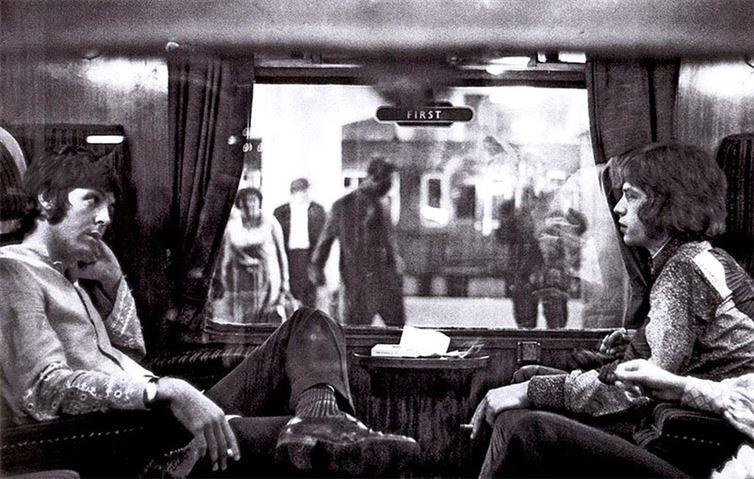 15. Пол Маккартни и Мик Джаггер в поезде на Юстонском вокзале перед поездкой в Бангор. 1967 год. история, неизвестные фото, фото