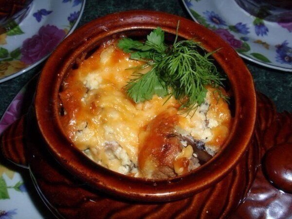 Мясо в горшочке под сырной шапочкой