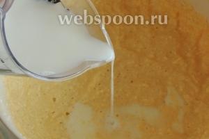 Теперь вливаем половину молока.