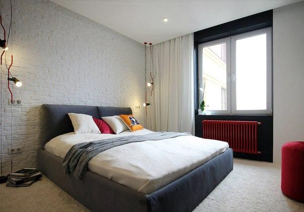 Каменная стена в спальне