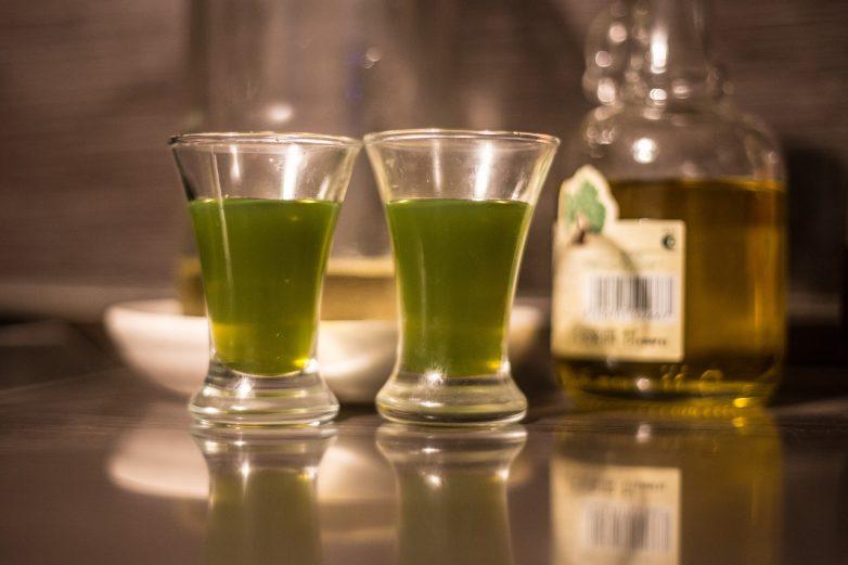 """Мятный ликёр """"Спотыкач"""" пьется легко, так что будьте аккуратны!"""