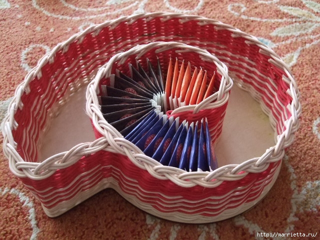 Плетеная конфетница с крышкой из газетных трубочек