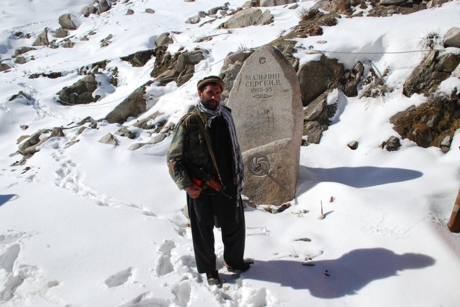 Афганцы почитают и охраняют памятник советскому солдату