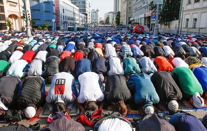 Ураза-Байрам в Москве: тысячи верующих пришли на праздничную молитву