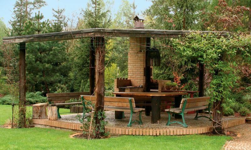 Беседка с каменным полом и деревянной конструкцией