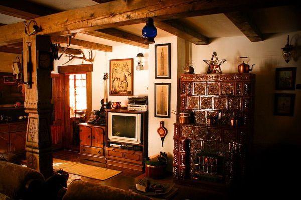 В интерьере гармонично выглядит и традиционная печь