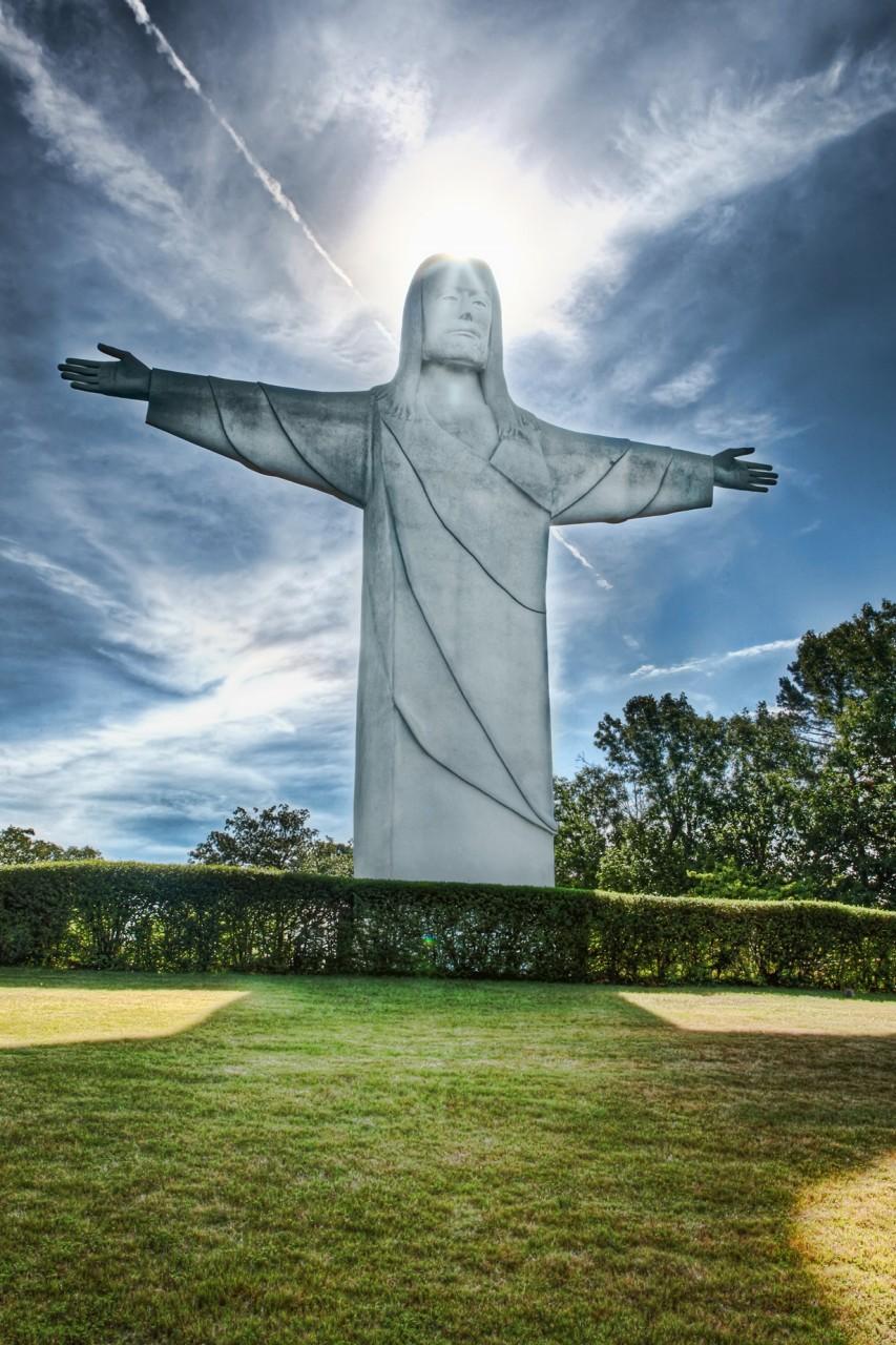 На территории парка имеется открытый театр, где проводятся представления на религиозную тему, а также огромная статуя Христа. (Wes Browning)
