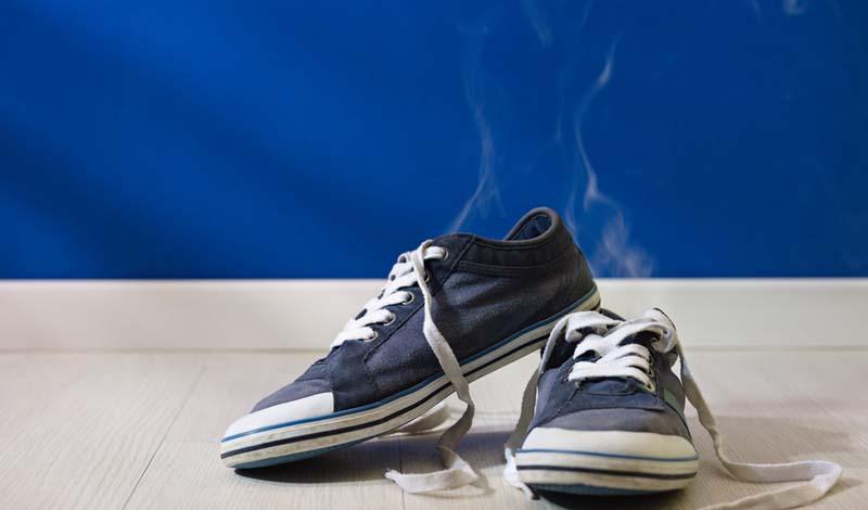Мойте ноги тщательно Бактерии на ногах размножаются очень быстро. Мойте подошвы тщательно, желательно пару раз в день. Кроме того, не забывайте полностью высушить ноги после душа — это поможет предотвратить развитие грибка.
