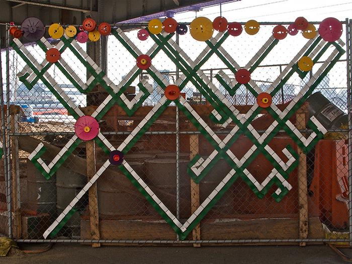 Как украсить забор из сетки рабицы фото