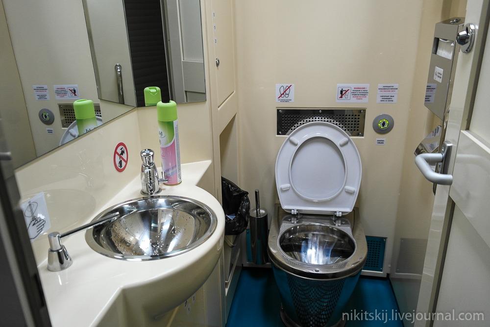 В туалете в поезде видео