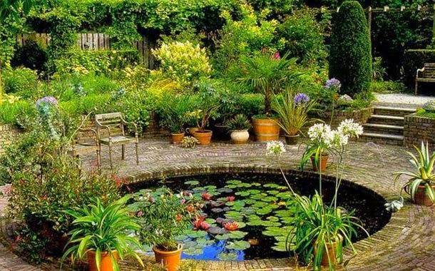 Искусственный пруд в красивом дворе на даче