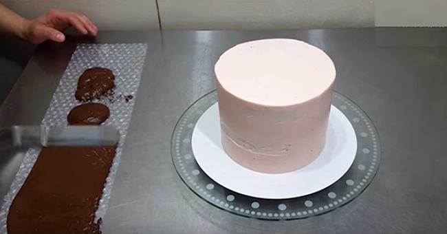 Она украсила торт с помощью обычной пузырчатой плёнки!