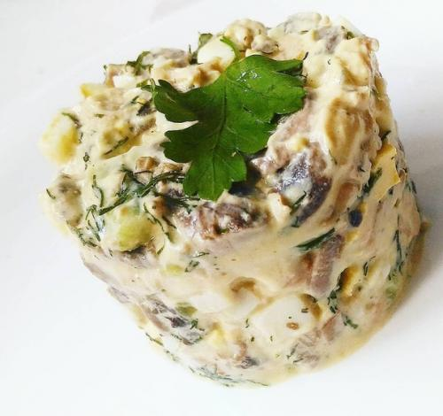 Вкусный салатик.  Ингредиенты: шампиньоны 250 гр грудка 3 шт огурчик соленый 1 шт яйца 3 шт лук 1 шт маленький (можно без него) зелень 50 г.