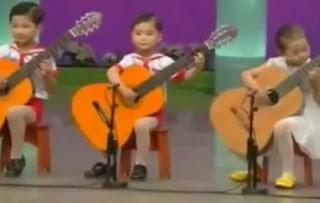 Эти 4-5 летние дети потрясающе играют на гитаре! Позитив на весь день...