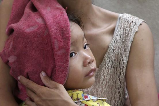 Более 60 детей умерли от загадочной болезни в Камбодже.