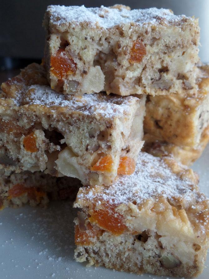 Рецепт на выходные: Кекс с яблоками, курагой и орехами
