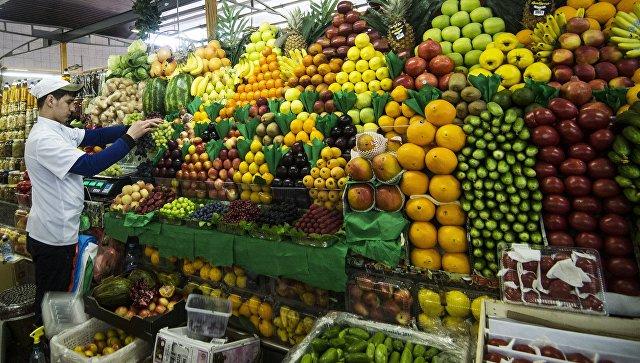 Продажа овощей и фруктов на рынке. Архивное фото