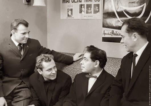 Космонавты Юрий Гагарин, Герман Титов и Павел Попович (справа) в гримерной у Аркадия Райкина, 1 октября 1961 г.