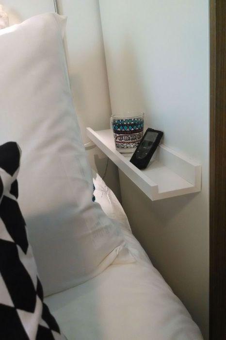 Легкая маленькая полочка для книги или стакана с водой.