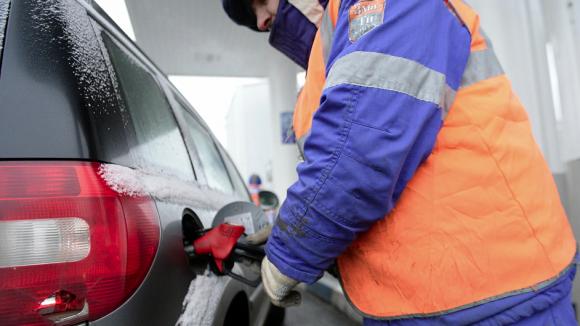 Депутаты просят ФАС разобраться с ценами на бензин