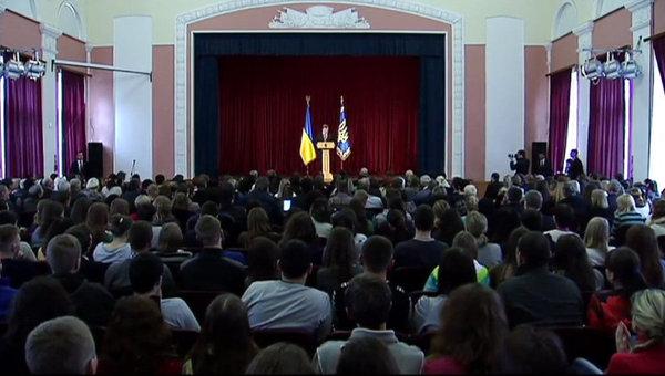 Выступление президента Украины Петра Порошенко перед учащимися Черниговского университета