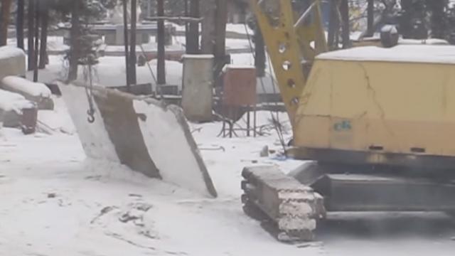 Суровый челябинский крановщик чистит снег плитой!