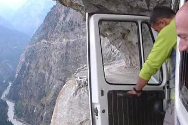 Поездка по самой опасной дороге в мире: видео