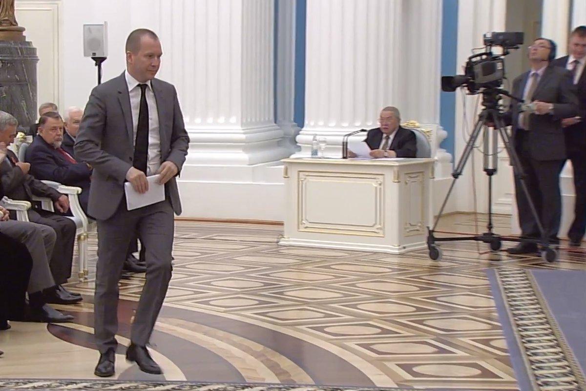 Миронов тихо и торопливо что-то пропищал недоумевающему Путину и всучил какую-то бумаженцию